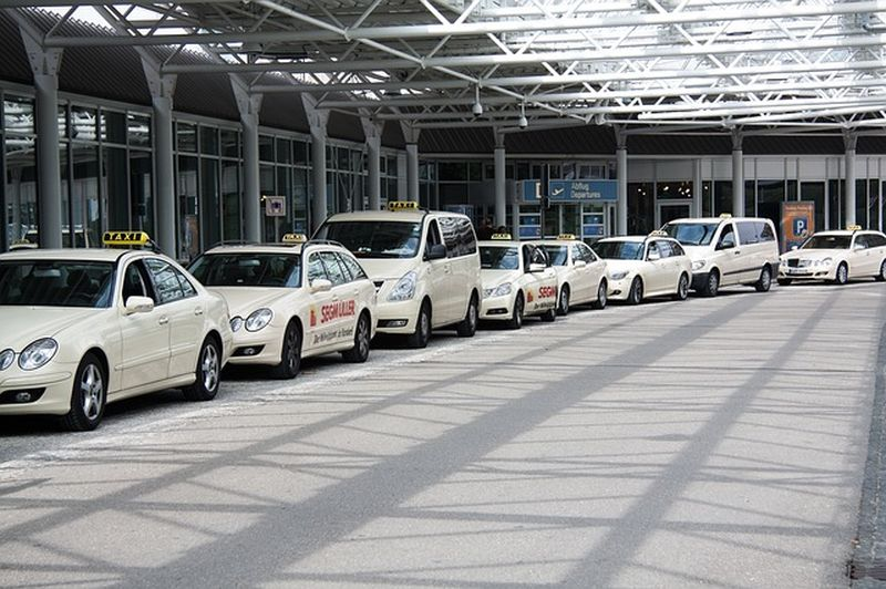 This image has an empty alt attribute; its file name is taxiwarsaw2-1.jpg